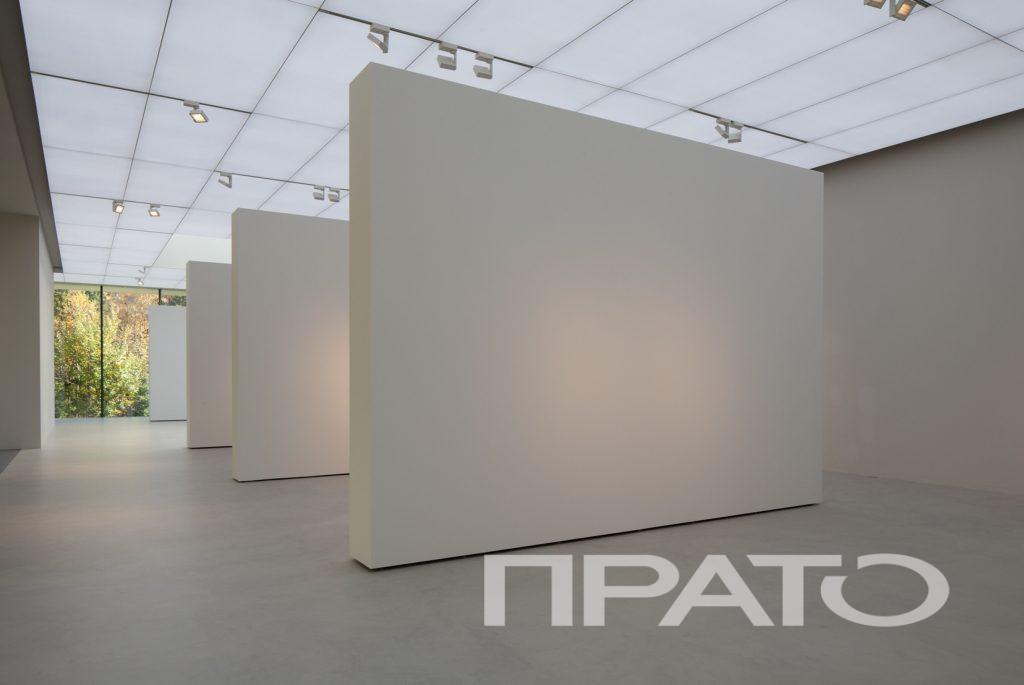 Освещение для музеев и галерей, частная галерея - зона 2, г. Наро-Фоминск. Светотехника ПРАТО, Сергиев Посад, белые перегородки для картин, экспонаты, искусство, светящийся потолок, подсветка, лампа, светильник, освещение, объект, проект, стеклянная стена, белый пол, освещение на заказ