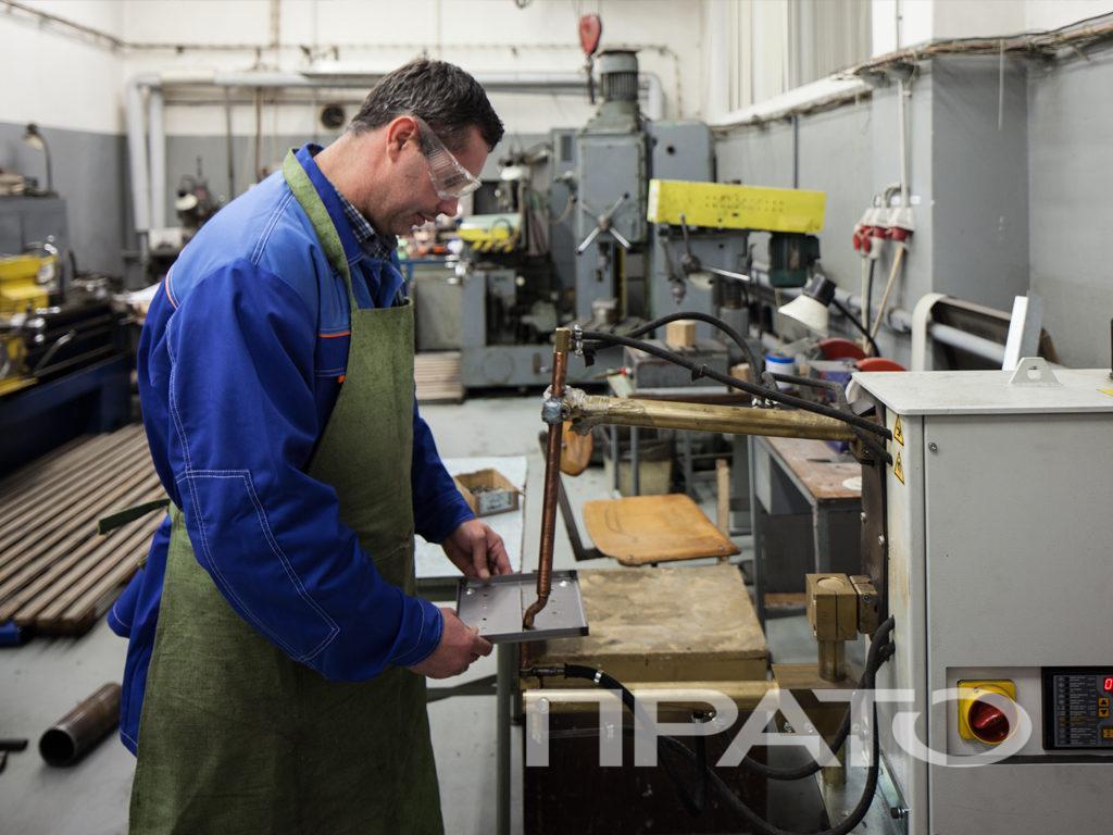 Аппарат контактной сварки металла ООО ПРАТО, Сергиев Посад, синяя форма, рабочий передник, защитные очки, производство, цех