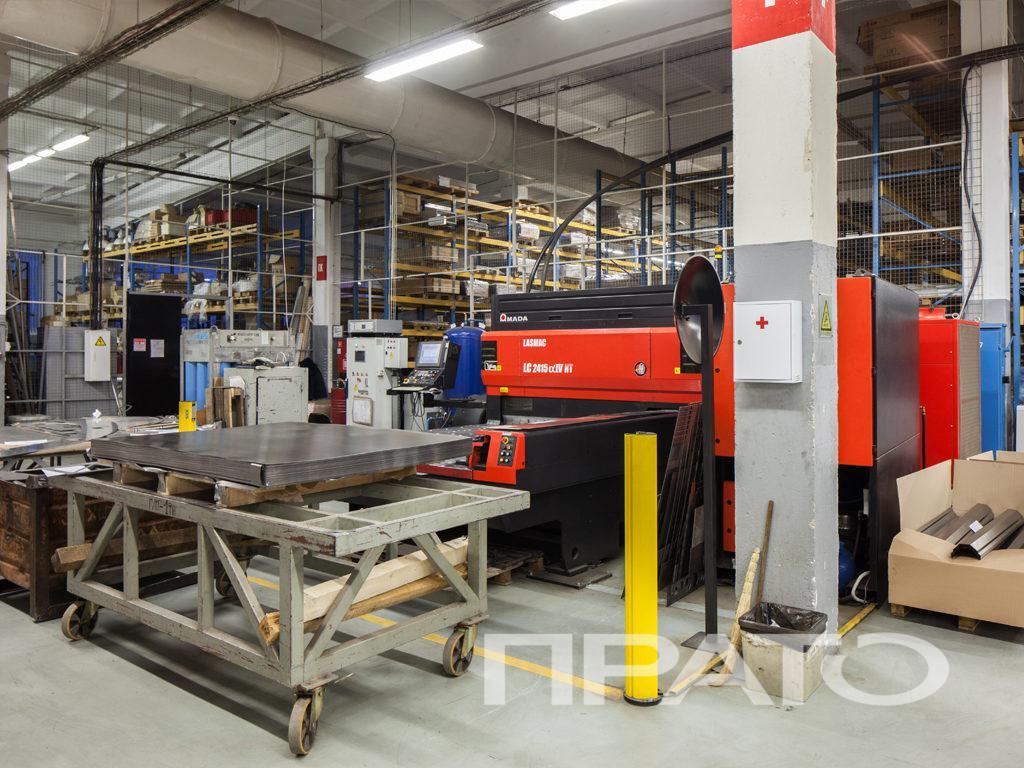 Станок лазерной резки металла ООО ПРАТО - Сергиев Посад, общий вид, красный станок, оборудование, производство, цех
