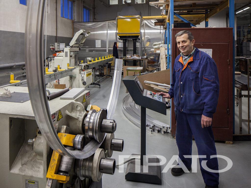 Станок для гибки профиля ООО ПРАТО - Сергиев Посад, производство, мастер, рабочий, синяя форма, гибка металла