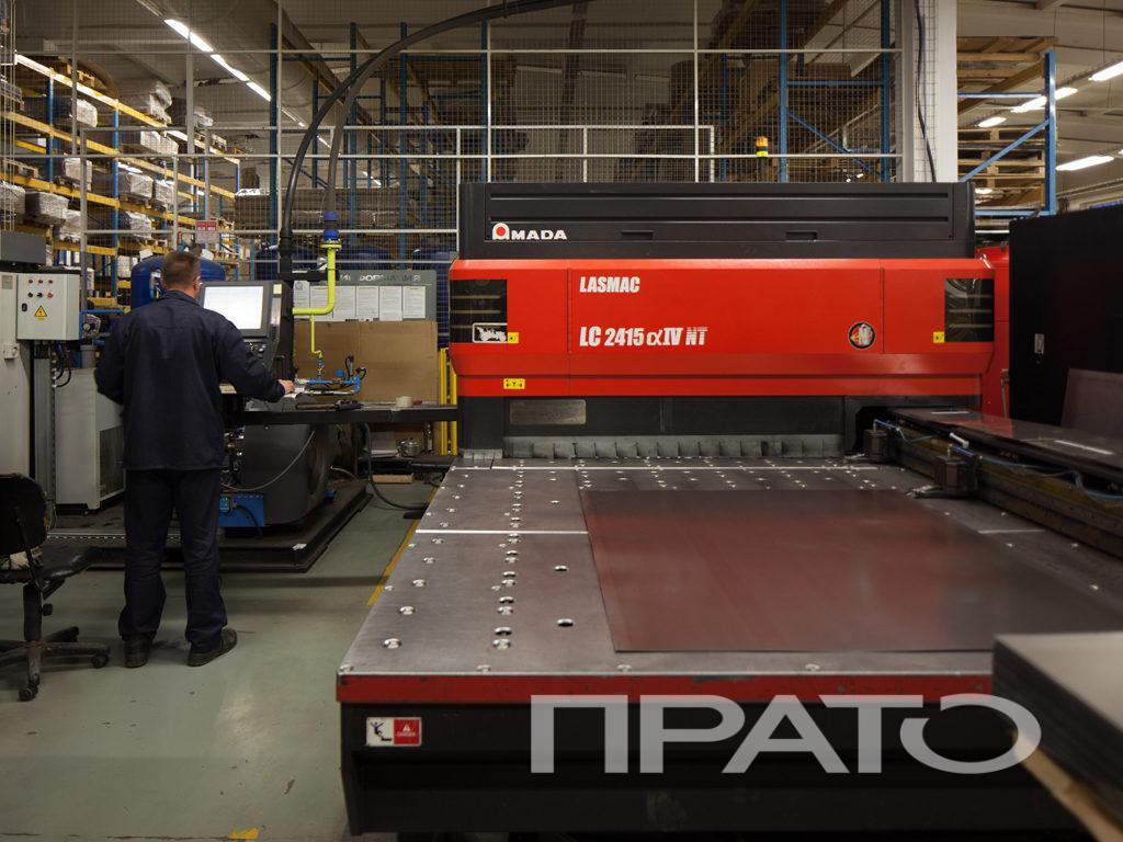 Станок лазерной резки металла ООО ПРАТО, Сергиев Посад, красныое оборудование, программирование, запуск программы, прямой ракурс