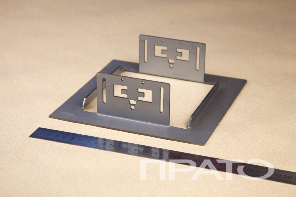 Рамка. Металлообработка ПРАТО, Сергиев Посад, нестандартная форма, изделие из металла, гибка, симметрия, квадратная форма, железная линейка, деревянный стол, производство, цех