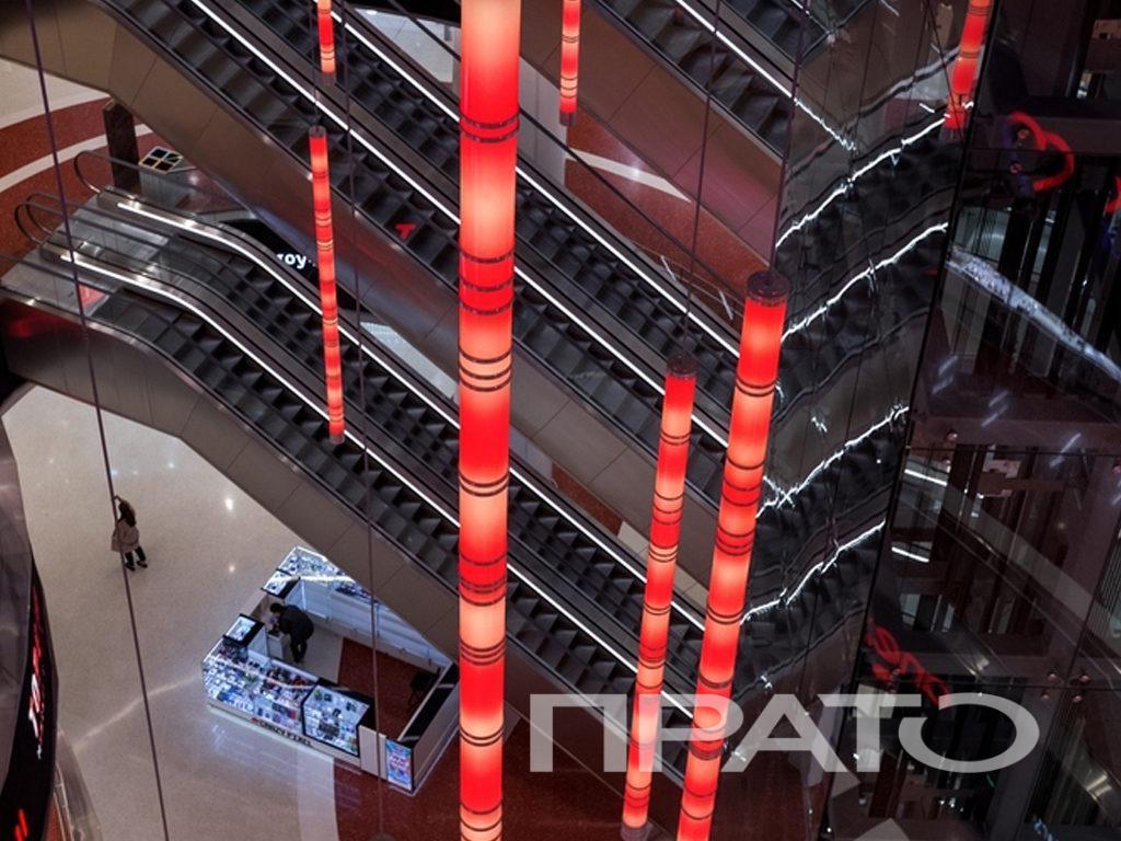 Пешеходная зона – вид 8. ТЦ Каширская Плаза, г. Москва. Светотехника ПРАТО, Сергиев Посад, лампа, имитация лавы, эскалатор, люстра, ступеньки, свет, светильник, освещение, подсветка, красный цвет, объект, проект, дизайн, архитектура, торговый центр, магазин